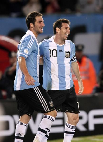 アルゼンチンはW杯予選初戦でチリに快勝。イグアイン(左)のハットトリックとメッシ(右)のゴールで好スタートを切ったかに思われたが……
