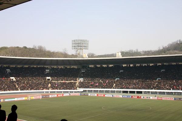 会場となる金日成競技場。ピッチは人工芝で、天然芝に慣れている日本の選手には不利な条件だ