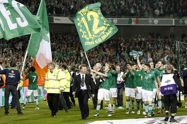 ユーロ本大会出場を決め、ファンとともに喜びを分かち合うアイルランドイレブン