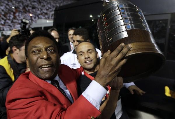 サントスが48年ぶりにコパ・リベルタドーレスを制し、優勝カップを掲げて喜ぶペレ(左)