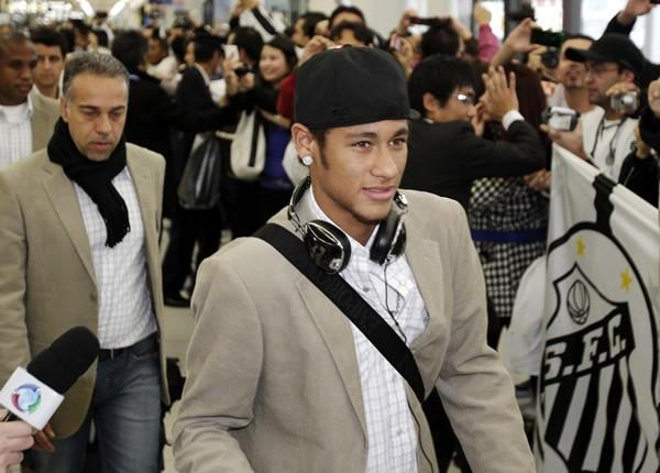 クラブW杯のため来日した南米王者・サントスのネイマール(中央)ら=中部国際空港