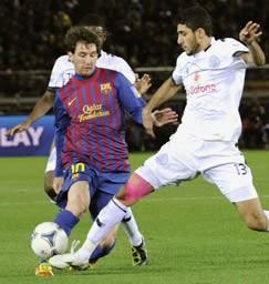 バルセロナ―アルサド 前半、競り合うバルセロナ・メッシ(左)とアルサド・アブドゥルマジェド=日産スタジアム