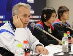3位決定戦を翌日に控え、記者会見する柏の(左から)ネルシーニョ監督、北嶋、近藤=17日午後、日産スタジアム