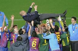 優勝を果たし胴上げされるバルセロナのグアルディオラ監督=日産スタジアム