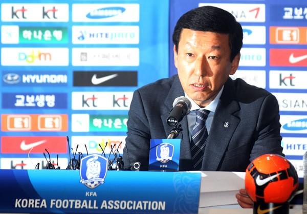 韓国代表を率いることになったチェ・ガンヒ新監督だが、就任会見では「任期はアジア予選を勝ち抜くまで」との爆弾発言で驚かせた