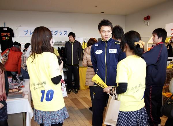 堺では試合の後、選手がグッズ販売の手伝いをするという営業協力も行われている