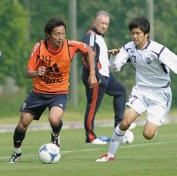 練習試合では清武(左)、原口の五輪コンビもゴール。しかしザッケローニ監督(奥)の理想像と選手の現状にはかい離も