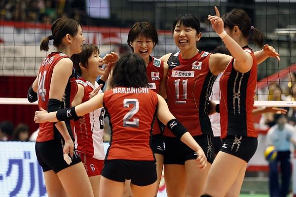 初戦のペルー戦を危なげなくストレートで勝利し、喜ぶ全日本女子
