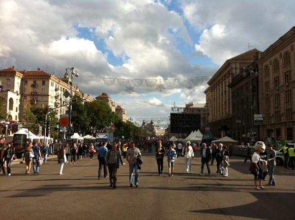 8車線あるフレシチャーチク通りも歩行者天国となり、ファンフェスタとスタジアムをつないでいる。キエフも今、ユーロのキックオフを待ちわびている