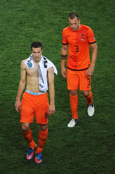 ガックリと肩を落として引き上げるファン・ぺルシ(左)らオランダの選手たち