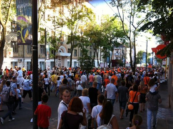 5キロに渡るオランダサポーターとハルキフ市民の大行進。グループリーグのハイライトシーンのひとつだ