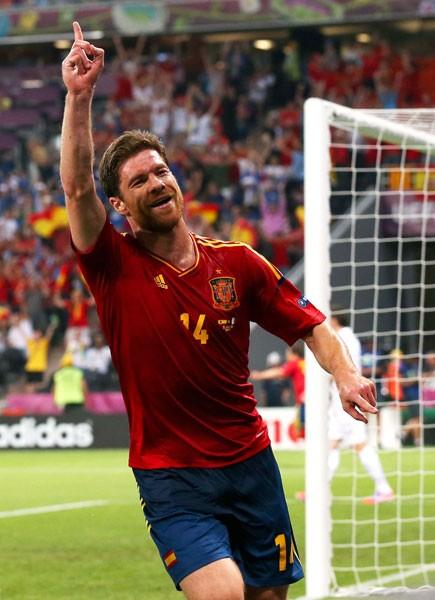 スペインはシャビ・アロンソ(写真)の2ゴールでフランスを寄せ付けず、準決勝進出を決めた