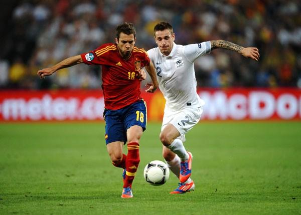 スペインはあえてマークされている左サイドのアルバ(赤)から攻撃を仕掛けることで、フランスの裏をかいた
