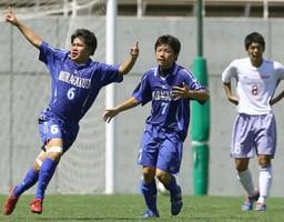 前半終了間際、決勝のゴールを決めて喜ぶ三浦学苑・若林(6)と木村(7)