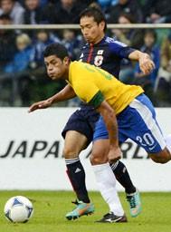 ブラジル戦ではフッキ(黄)と再び対峙。長友(青)がFC東京時代に一躍その名を知らしめたマッチアップは大きな注目を浴びた