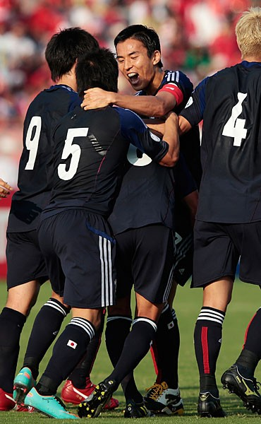 味方のゴールを喜ぶ長谷部(右から2人目)。オマーン戦でもチームを献身的に支える姿勢が光った