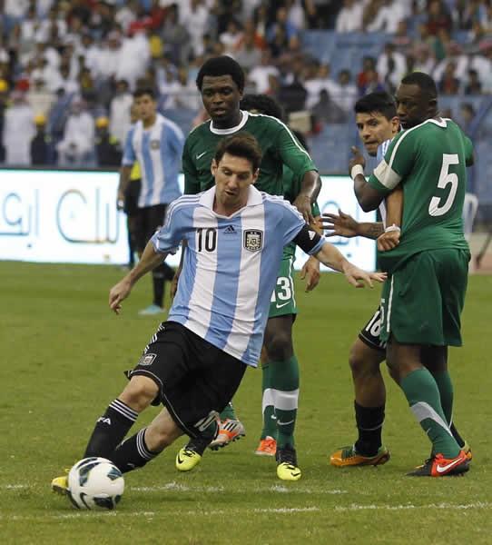 アルゼンチン代表でのシステムに怒りをあらわにするメッシ(中央下)