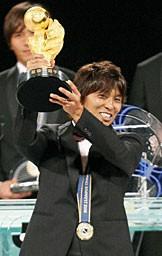 MVPのトロフィーをかかげる佐藤。チームタイトルを含め計6冠に輝く