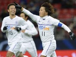 5位決定戦で2ゴールを決めた佐藤(右)。広島らしいコンビプレーがずい所でさえわたった