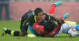こぼれ球を懸命にセーブするGK川口(左)。9か月ぶりの復帰戦で勝利とはならなかった