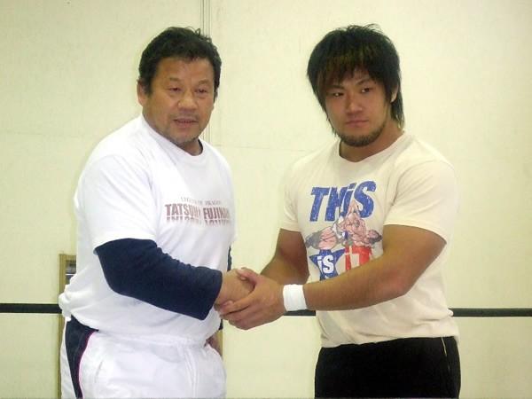 藤波(左)が1.26大田区大会で初タッグを組む全日本のホープ・真田にドラゴン殺法を伝授