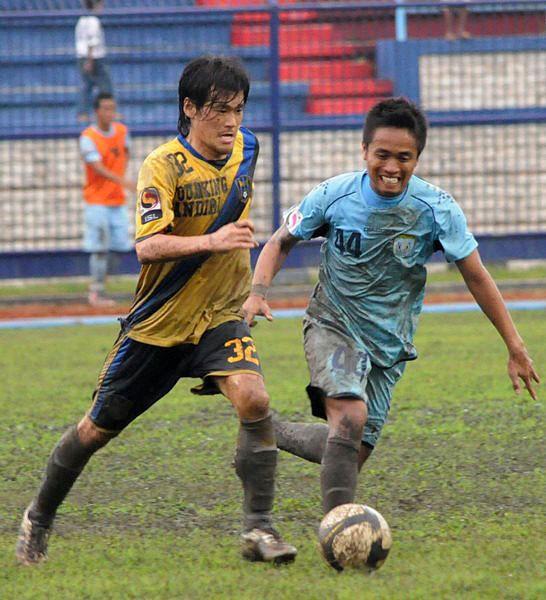 現在インドネシアでプレーする酒井(左)。東南アジアに進出する日本人選手は増える一方だ