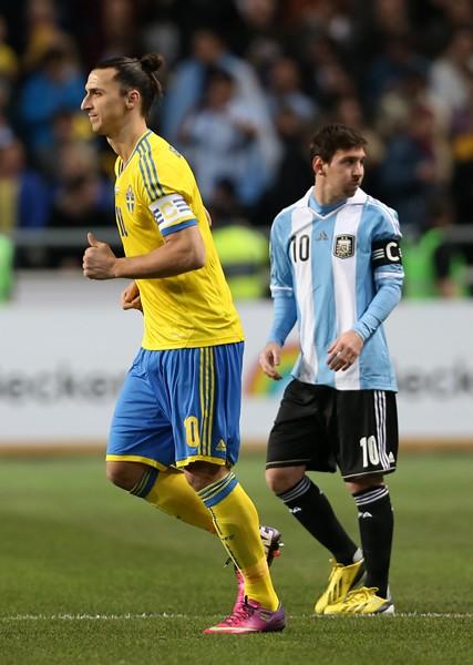 ピッチ上での再会を果たした元チームメートのメッシ(右)とイブラヒモビッチ(左)