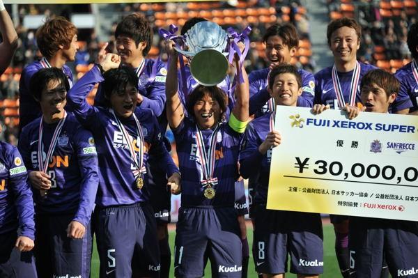 今季最初のタイトルを獲得した広島。決勝ゴールを挙げた佐藤が笑顔でトロフィーを掲げる