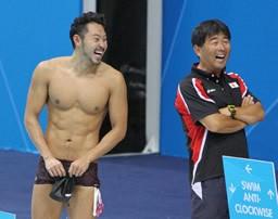 北島(左)をはじめ、日本競泳界のトップ選手を指導する平井伯昌コーチ。個性に合わせた指導法で、勝ち続ける選手を育てている