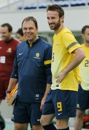 練習で笑顔を見せるオジェック監督(左)とケネディ。オーストラリアは試合の9日前に来日し、調整を続けている