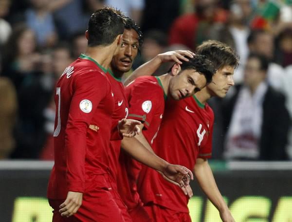 ポルトガルは、ポスティガ(中央)のゴールでロシアを下し、W杯出場へ望みをつないだ