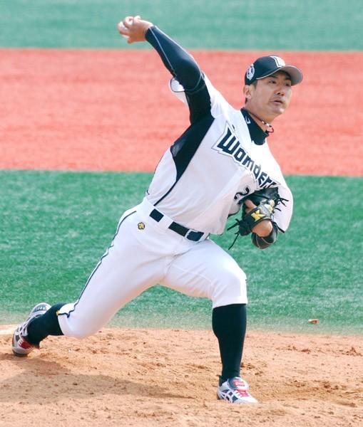 千葉ロッテを02年に解雇され、一度は引退するも、現役復帰し現在は韓国の独立球団・高陽ワンダーズで「プロ野球選手」を続ける小林亮寛