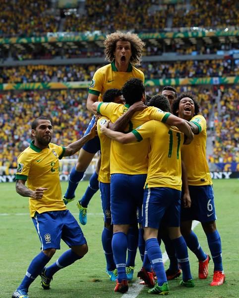 得点を喜ぶブラジル代表の選手たち。いとも簡単に日本ゴールをこじ開けた姿は昨年からの力関係が変わっていないことを示した