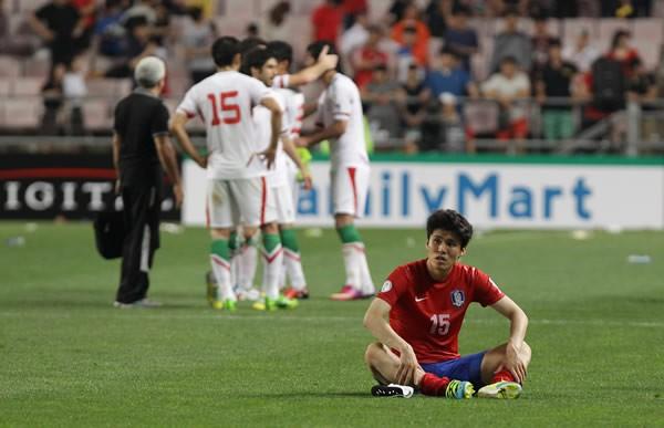 最終戦でイランに敗れ、うなだれるキム・チャンス(赤)。W杯出場は決めたものの、後味の悪い結果となってしまった