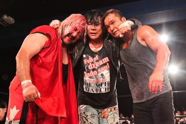 メーンでは大仁田と20周年を迎えた矢口(左)と田中(右)がタッグを組んで、曙、浜、菅原組とデスマッチで対戦