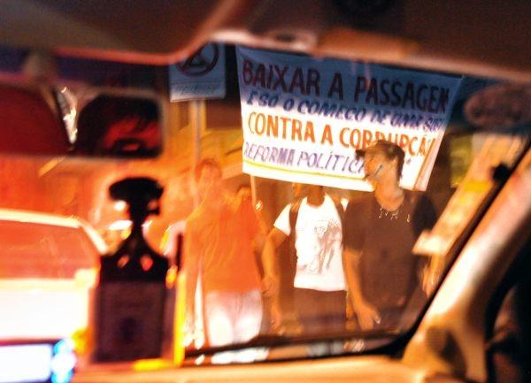 ベロオリゾンテ到着後、いきなりデモ隊に遭遇する。参加者はほとんどが若者だった