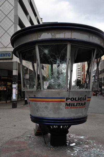 中心街で見つけた警察の監視施設。前夜のデモ隊による投石で無残にガラスが割られている