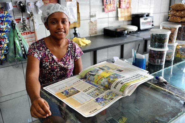 食堂で働く女性スタッフ。前日のブラジルの勝利を伝える新聞を熱心に読んでいた