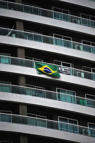 浜辺の周辺には高層のマンションやホテルが立ち並ぶ。コンフェデ期間中のためか、ブラジル国旗をよく見かける