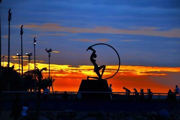 ベロオリゾンテから4時間半かけてフォルタレーザに到着。浜辺を散策すると夕日が息を飲むくらい美しかった