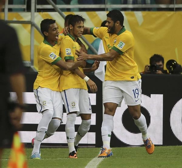 コンフェデ杯でブラジルは、ネイマール(中央)を生かした4-3-3システムで確かな成長を見せている