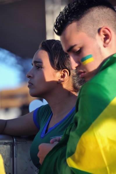 フォルタレーザのPV会場にて、不安な面持ちでウルグアイ戦を見守る若いカップル