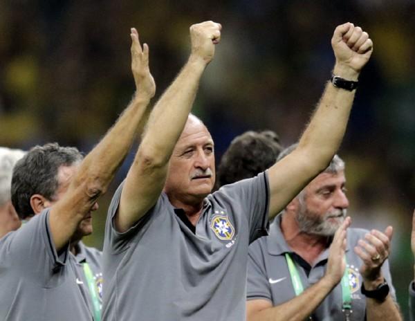 就任後、再び歓喜をもたらしたスコラーリ(中央)。ブラジルを見事に立て直した