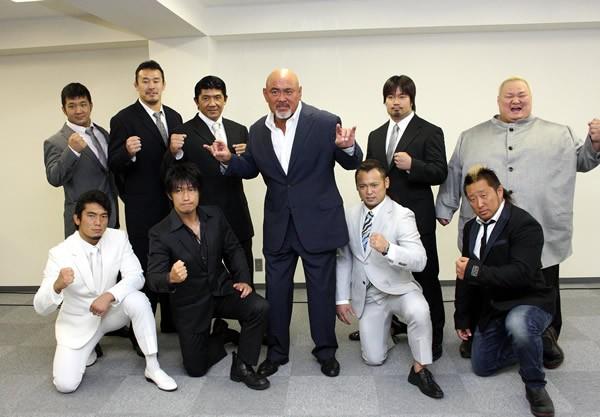 武藤(中央)が新団体「WRESTLE−1」を設立