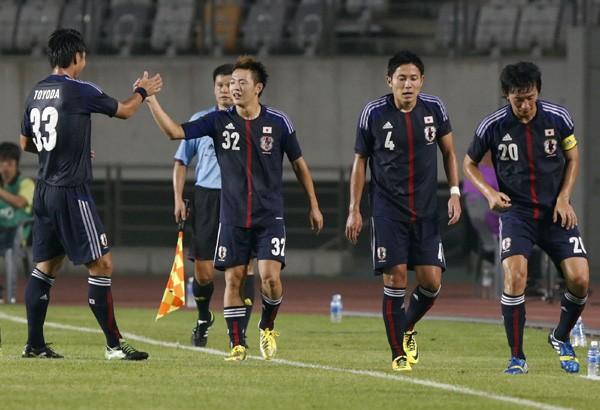 得点を決め、豊田(左)とハイタッチする齋藤。中国戦から総入れ替えとなったメンバーがピッチで躍動した