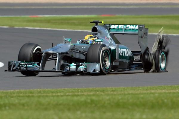 今シーズン最大の話題となったのはピレリタイヤだ。イギリスGPでのタイヤバースト事件は左右入れ替えによって引き起こされた