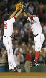 気合いの入ったハイタッチは、もはや恒例! 左が上原、右は一塁手のナポリ