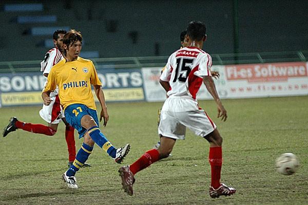 アジア16カ国でプレーしてきた伊藤(黄色)。当時はさまざまなアクシデントに見舞われたという