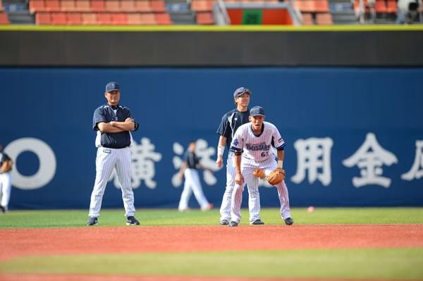 梶谷(手前)の守備練習を見つめる中畑監督(左)