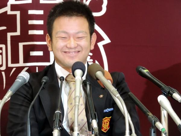 会見で満面の笑みを浮かべる大阪桐蔭・森